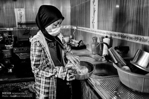 فرحنوش در حال آشپزی در خانه است. او که فرزند اول خانواده است، بدلیل علاقه شدید به خانه داری و آشپزی درس خود را در مقطع راهنمایی رها کرده تا به مادرش در خانه کمک کند.