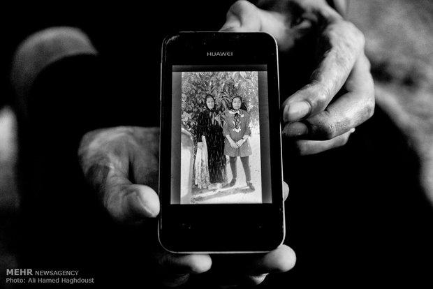 فرحنوش در موبایل خود عکسی از دوران قبل از سوختگی اش را نشان می دهد. اوبرای گرفتن عکس یادگاری کنار مادر خود ایستاده بود. به گفته او پس از از سوختگی و صدمه شدید آن به صورت و بخشی از بدنش، این عکسها بخش مهمی از زندگی او شده اند.