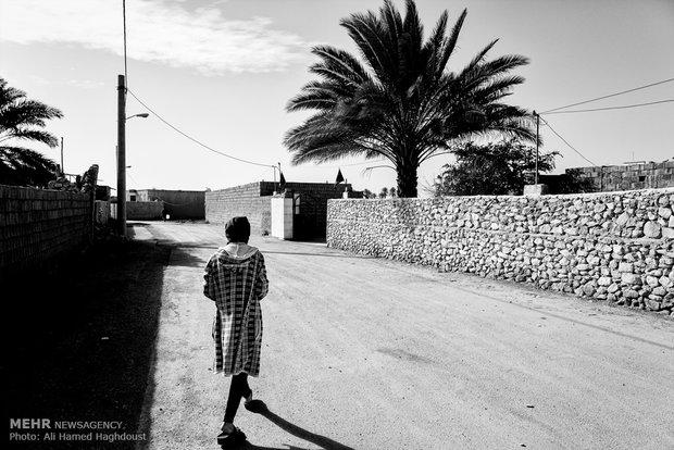 فرحنوش در کوچه به سمت  مسجد محله شان در حرکت است.