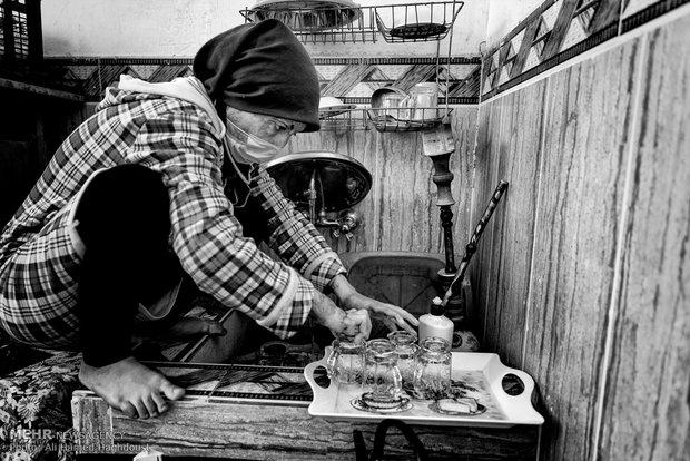 فرحنوش در حال شستن استکان ها در آبدارخانه مسجد می باشد. او برای پذیرایی از عزاداران فاطمی، چای حاضر می کند.