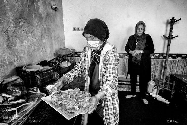 فرحنوش در حال کار در آبدارخانه مسجد است.