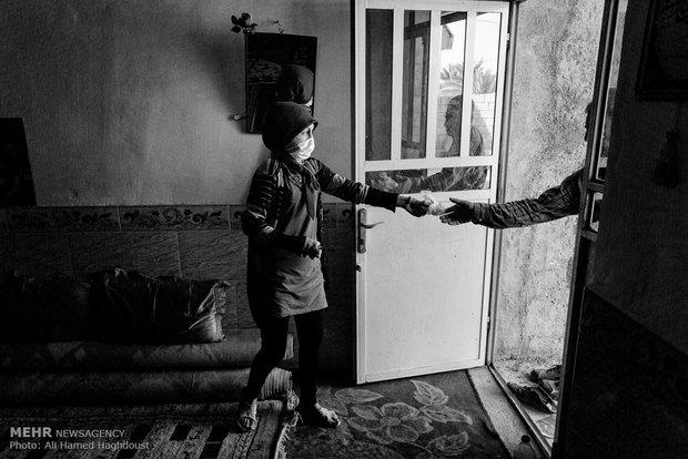 فرحنوش کیسه داروهایش را از پدر خود می گیرد.