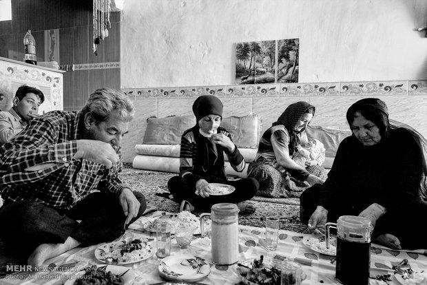 فرحنوش به همراه پدر و مادربزرگ خود سر سفره ناهار نشسته و غذای دستپخت خود را می خورد.