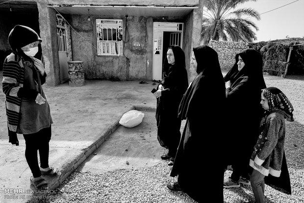 دختران فامیل برای دیدن فرحنوش به خانه آنها آمده اند.