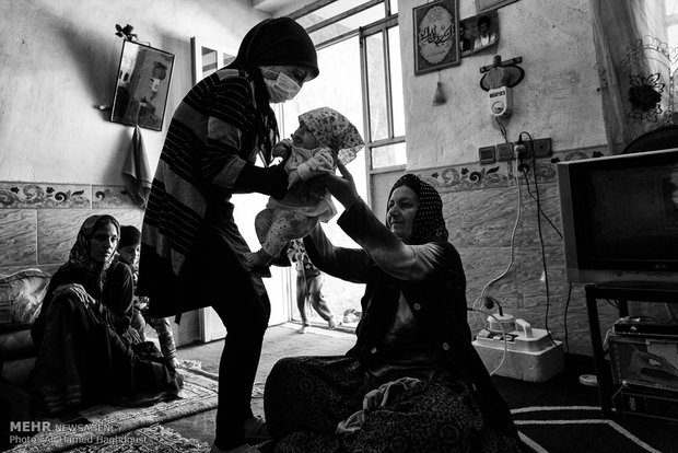 فرحنوش در نگهداری خواهرش به مادر خود کمک می کند. کیانا کوچکترین عضو خانواده آنهاست که 4 ماهه است.