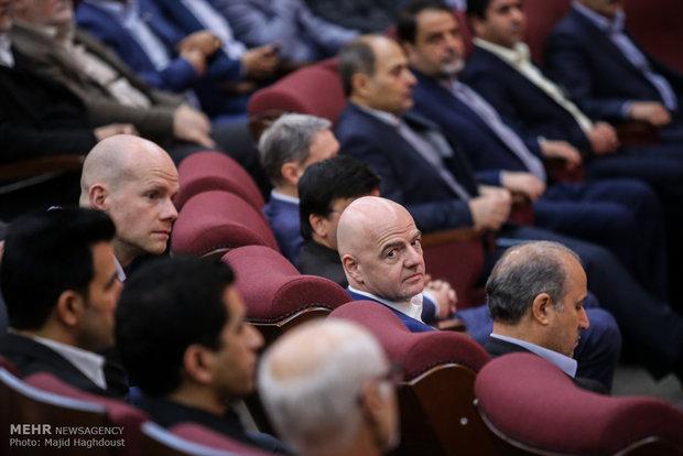 FIFA Başkanı İran'da maça çıktı