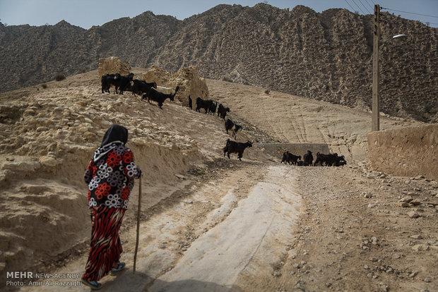 جادههای منتهی به روستاهای اصلی و اقماری سختگذر و طولانی است و دسترسی روستانشینان را برای استفاده از خدمات شهری دشوار میسازد.