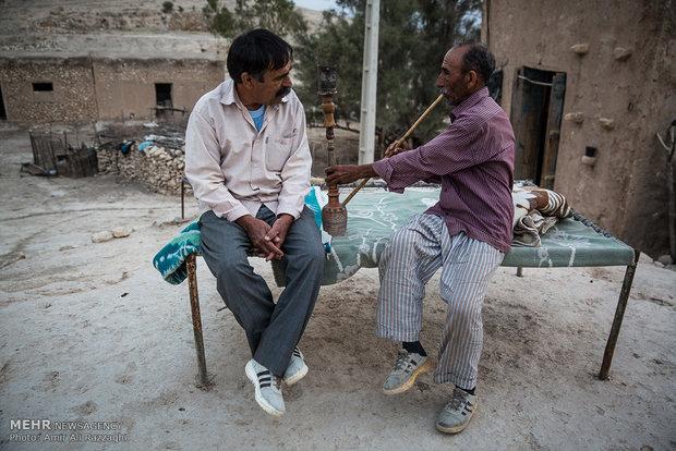 به دلیل نبود امکانات تنها یک خانواده در روستا ماندهاند و با وجود مشکلات فراوان قادر به تغییر مکان زندگی خود نیستند.