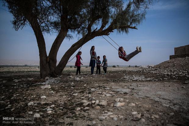 تنها تفریح کودکان در تنگخون و ارغون، بازی در میان تل خاک و تاب خوردن از اندک درختان برجای مانده از خشکسالی است. پارکهای کوچک بازی تنها در تعداد انگشتشماری روستا با امکانات اندک ساخته شده است.