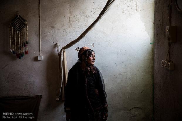 سَرایِل عاطفیدوست در روستای تنگخون زندگی میکند. او به آسم، بیماری چشم، چربی و فشار خون مبتلا است، بیماری همسر، سرطان فرزند و نداشتن بیمه و مستمری گذران زندگیِبدون امکانات را برای او دشوار کرده است.