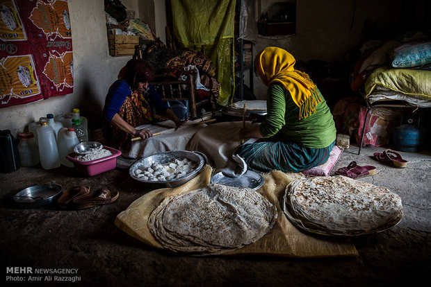 دختری روستایی در آشپزخانهای با امکانات ابتدایی نان بیش از ده روز خانواده را تهیه میکند. از رونق افتادن کشت گندم سبب شده تا روستاییان با از دست دادن خودکفایی در تولید آرد، کیسههای آرد آماده را از شهرهای نزدیک روستا خریداری کنند.