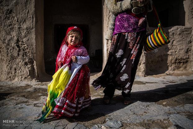 پریا دختر خردسال ساکن تنگخون، لباس سنتی عشایر پوشیده و آماده رفتن به خانهی همسایه است. پدر او از ابتدای زندگی مشترک بیکار بوده است و گلشن مادر او، روز را با گپوگفت با همسایهها و خانهداری به شب میرساند.
