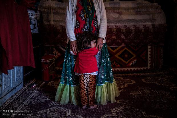 کودکی در دامن مادر پناه گرفته است، زندگی کودکان و نوجوانان روستایی با محرومیت از ادامه تحصیل، بهداشت، آگاهسازی و امید به آینده همراه است.