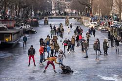 ایمسٹرڈیم کی یخ زدہ نہروں پر اسکیٹ بازی