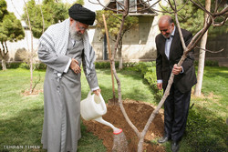 Leader plants saplings to highlight natural resources