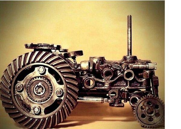 هنرمندی که با تلفیق چوب و قطعات خودرو مجسمه خلق میکند,