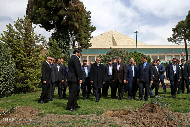 غرس یک اصله نهال توسط علی لاریجانی رئیس مجلس