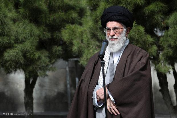 قائد الثورة الاسلامية يغرس شتلة في أسبوع المصادر الطبيعية