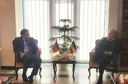Azerbaijani Ambassador to Tehran Bunyad Huseynov (L) and Iran's Department of Environment chief Isa Kalantari