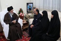 قائد الثورة الاسلامية يزور منزل الشهيد علي بايرامي