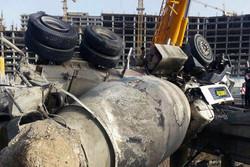 واژگونی یک دستگاه «میکسر» با ۳۰ تن وزن در اتوبان تهران-کرج