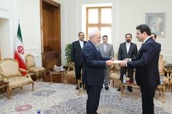 ظريف يتسلم نسخة من أوراق اعتماد السفير اللبناني الجديد في طهران