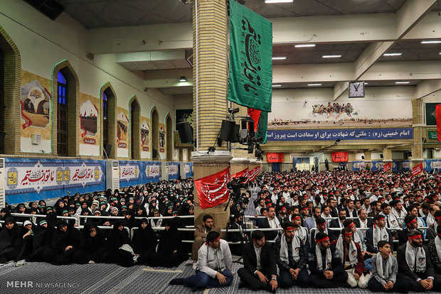 Leader receives young students from Alborz, Tehran