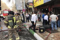 آتش سوزی مغازه پوشاک در خیابان ولیعصر گرگان/ مصدومیت ۳ آتشنشان