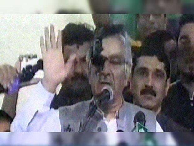 پاکستانی نوجوان نے سیاہی پھینک کر پاکستانی وزیر خارجہ کا منہ کالا کردیا