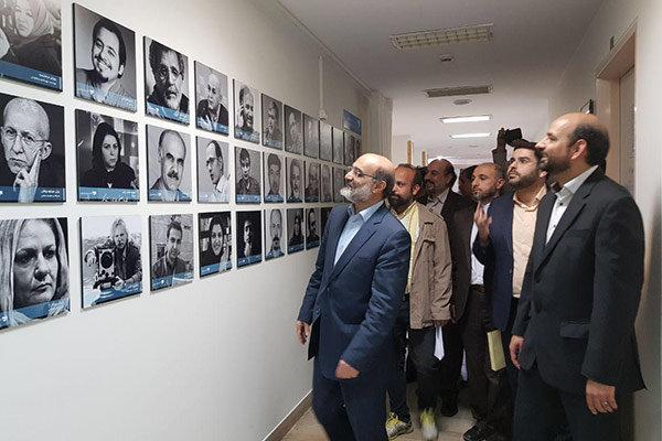 دیوار مشاهیر در دانشگاه صدا و سیما برپا شد/ نصب عکس ۵۶ چهره مشهور