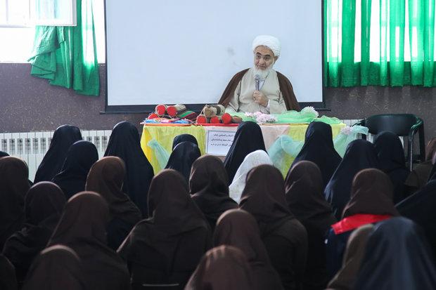 پاسخ امام جمعه قزوین به سؤالات دانشآموزان مدرسه دخترانه آلومتک