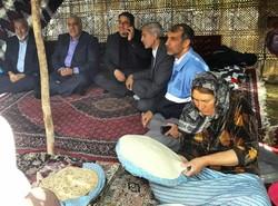 بازدید استاندارکرمانشاه از غرفههای روستائیان وعشایر در طاقبستان