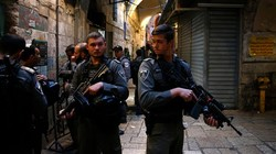 Israeli forces stand guard at the site of an alleged stabbing attack in the Old City of Jerusalem al-Quds on March 18, 2018. (Photo by AFP)