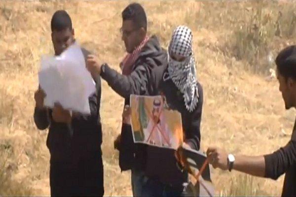 فلسطينيون يحرقون صور الملك السعودي وابنه