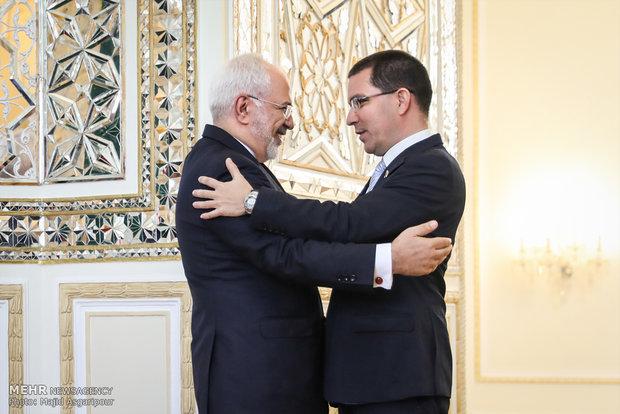 لقاء وزير الخارجية الايراني ونظيره الفنزولي