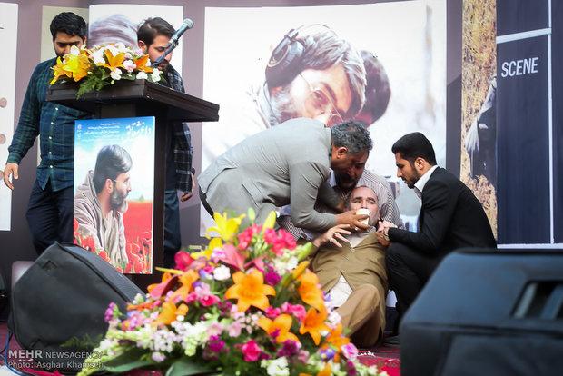 بیهوش شدن رضا برجی هنرمند جانباز هنگام سخنرانی در مراسم بزرگداشت شهید آوینی