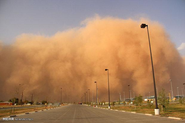 طوفان شن در راه شرق استان کرمان/گروه های حساس در منازل بمانند
