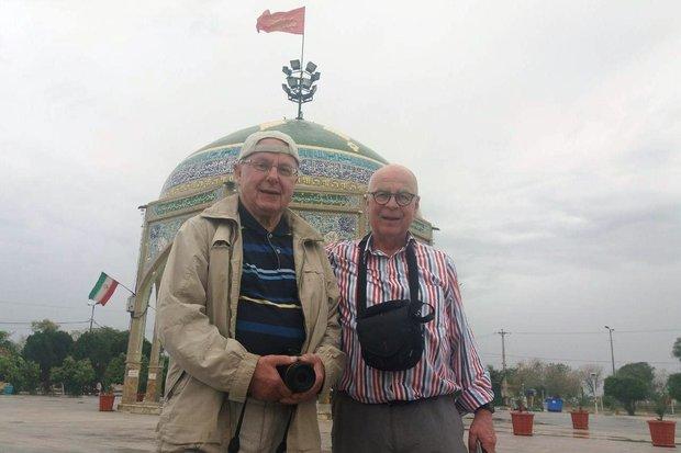 گردشگر آلمانی در یادمان شهدای گمنام اندیمشک