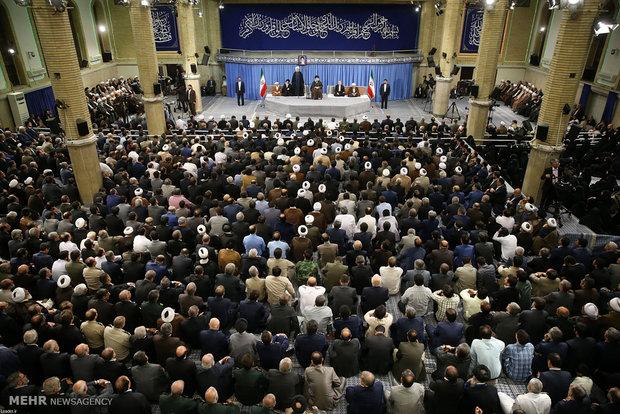 قائد الثورة يستقبل مسئولين في النظام وسفراء من الدول الاسلامية