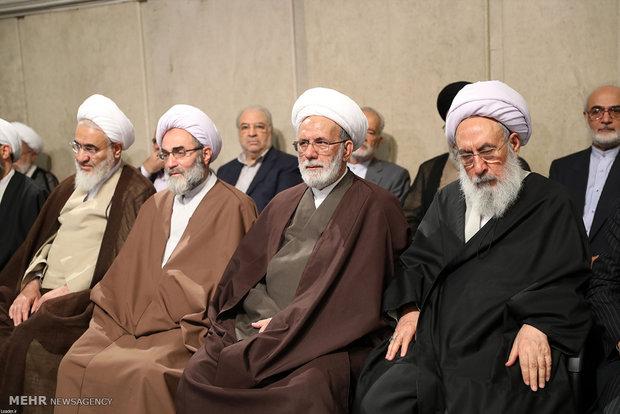 دقائد الثورة يستقبل مسئولين في النظام وسفراء من الدول الاسلامية