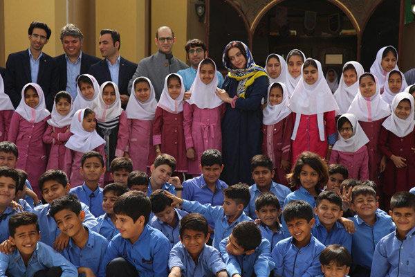 حضور هنرمند تلویزیون در مدرسه «اُمید آینده» در ساحل خلیج فارس