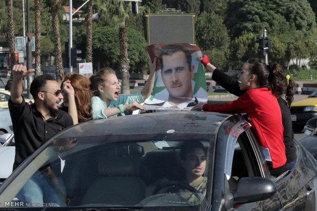 السوريون يحتفلون تاييدا للأسد بعد فشل العدوان الامريكي  على سوريا