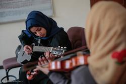 الشباب اليمنيون يتعلمون الموسيقى هربا من ضوضاء الحرب