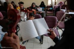 آموزش موسیقی به جوانان یمنی