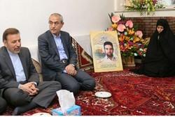 واعظی در منزل شهید مدافع حرم حضور پیدا کرد