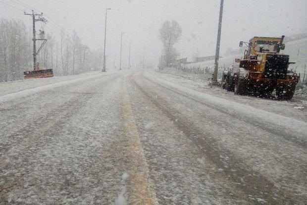 بارش برف در ارتفاعات هراز و فیروزکوه/از سفرهای غیرضروری پرهیز شود