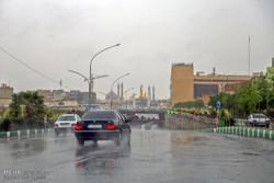 سقوط زخات البرد بغزارة في مدينة ايلام