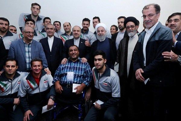 روحانی در جمع اعضای تیم والیبال نشسته