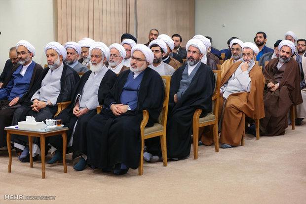 """قائد الثورة الاسلامية يستقبل منظمي وأعضاء ندوة """"حكيم طهران"""""""