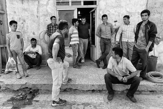 جوانان روستایی در مقابل سوپر مارکتی در روستای نارلی آجیسو نشستهاند. این روستا در نزدیکی مرز ترکمنستان قرار دارد. بیکاری یکی از مشکلات اصلی شهرستان مراوه تپه محسوب میشود.
